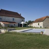 Réalisation d'une piscine avec terrasse en pierre et restauration des murets en